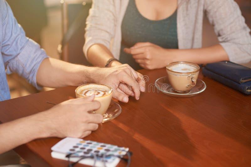 Pares cariñosos en café imagen de archivo libre de regalías