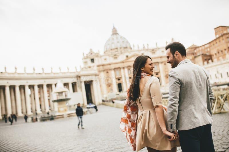 Pares cariñosos en el Vaticano, Italia imagen de archivo libre de regalías