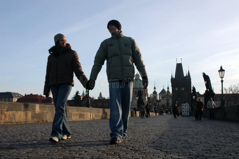 Pares cariñosos en Praga fotos de archivo libres de regalías