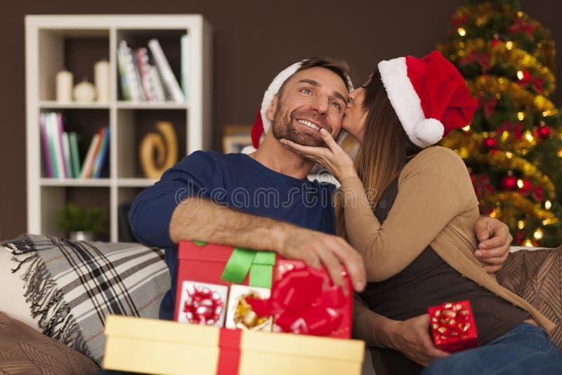 Pares cariñosos en tiempo de la Navidad imagen de archivo