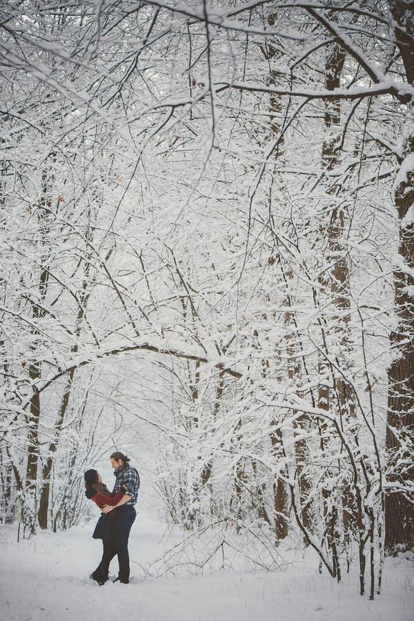 Pares cariñosos felices Actividades estacionales al aire libre Captura de la forma de vida imágenes de archivo libres de regalías