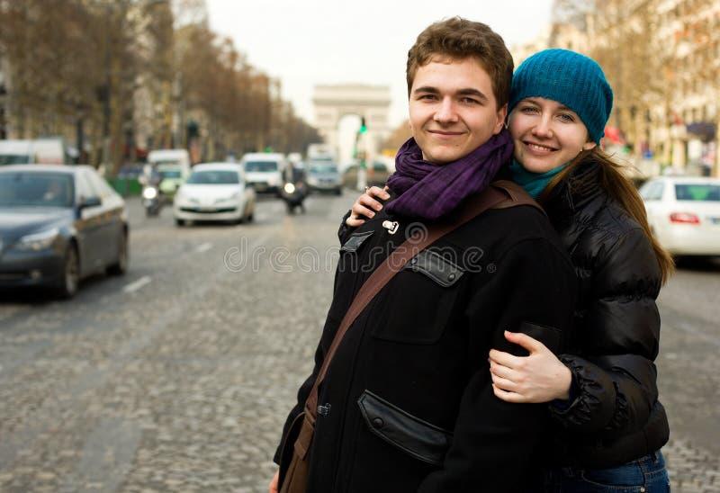 Pares cariñosos felices en París foto de archivo