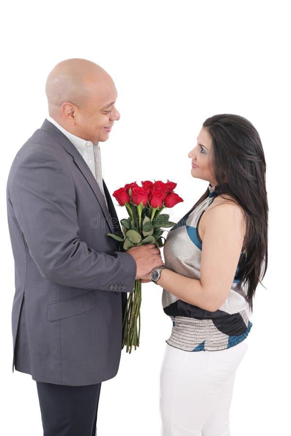 Pares cariñosos felices junto.  Concepto del día de tarjetas del día de San Valentín. imagenes de archivo