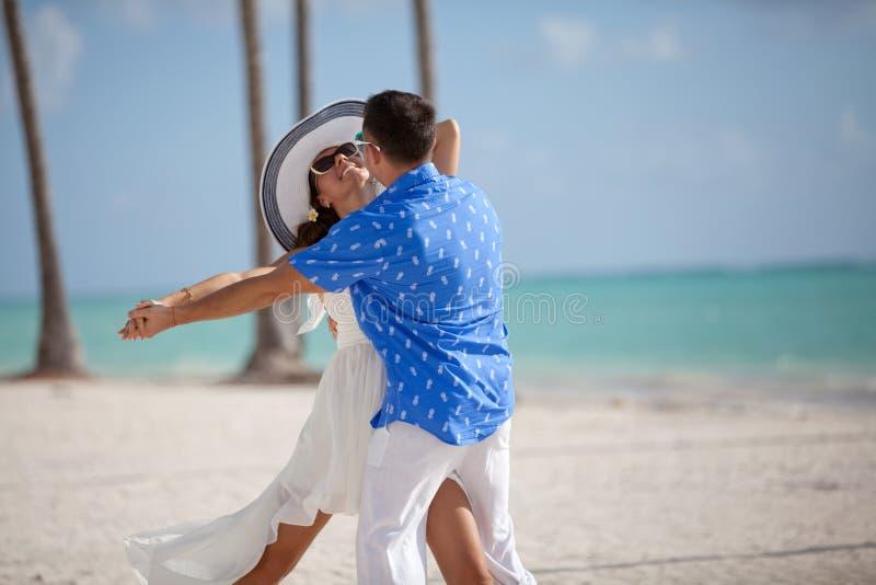 Pares cariñosos felices que abrazan y que bailan al aire libre en el verano foto de archivo libre de regalías