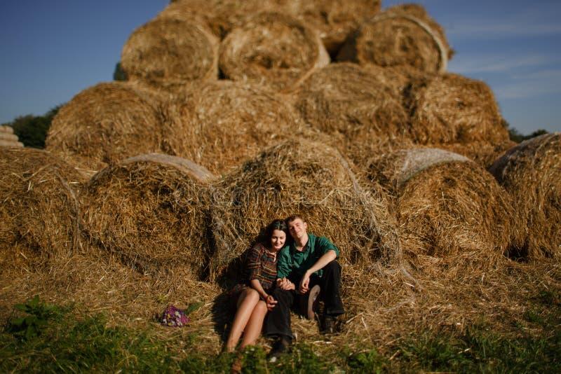 Pares cariñosos jovenes en campo de trigo imágenes de archivo libres de regalías