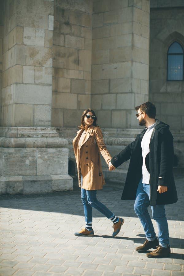 Pares cariñosos que caminan en Budapest, Hungría imagen de archivo libre de regalías