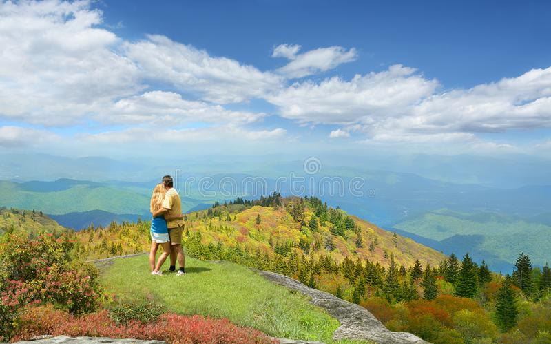 Pares cariñosos que disfrutan de Mountain View hermoso imagen de archivo
