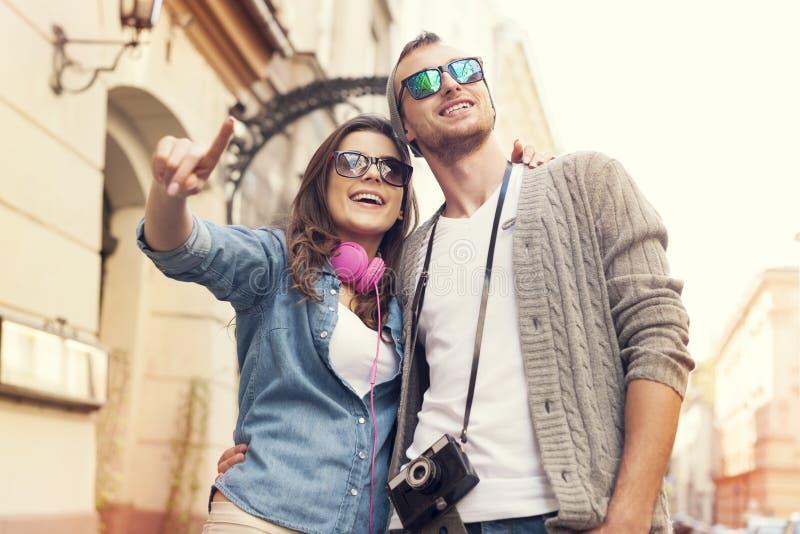 Pares cariñosos que hacen turismo foto de archivo