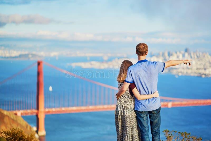 Pares cariñosos románticos que tienen una fecha en San Francisco fotos de archivo
