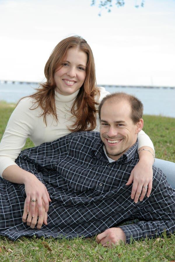Pares casados adulto joven en parque imagenes de archivo