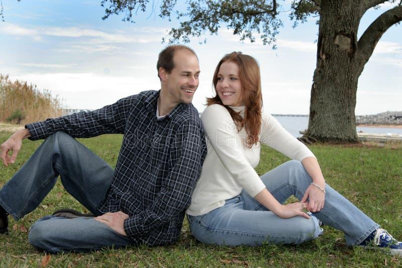Pares casados jovenes en el parque fotografía de archivo libre de regalías