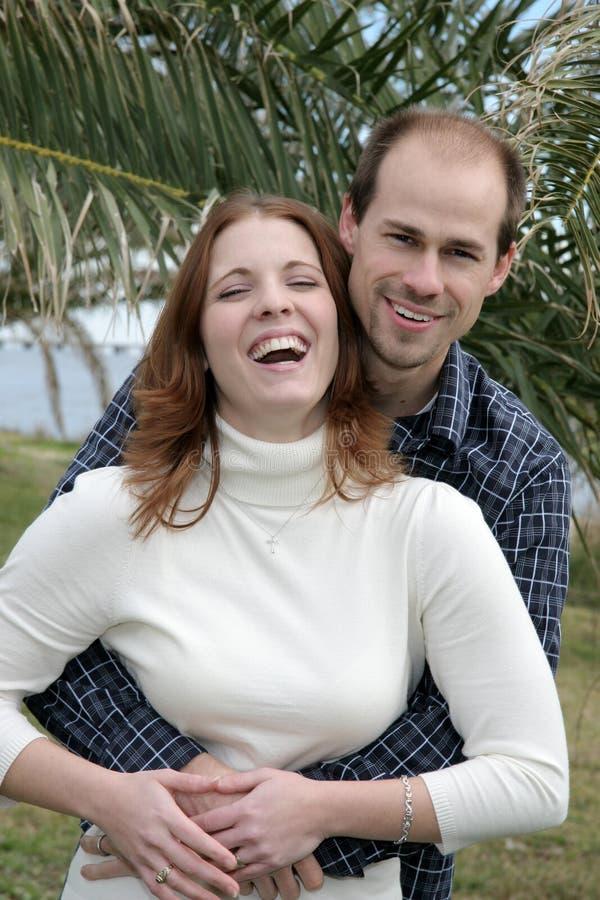 Pares casados jovenes que se divierten fotos de archivo