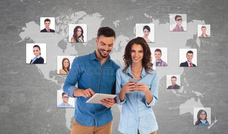 Pares casuales jovenes que hacen a amigos en redes sociales imagenes de archivo
