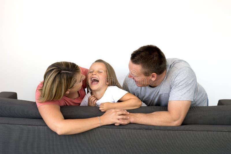 Pares caucásicos hermosos y felices jovenes con la madre y el fathe foto de archivo libre de regalías