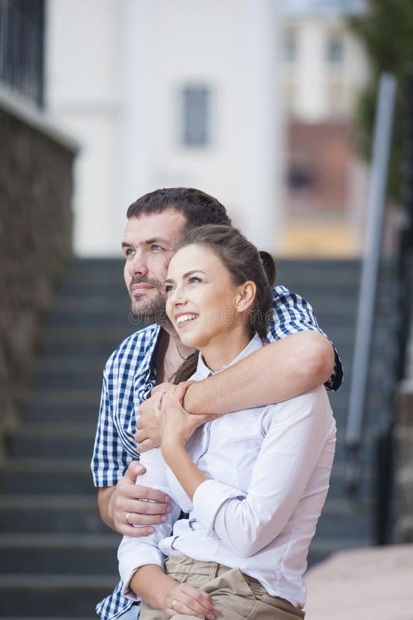 Pares caucásicos que se sientan junto abrazado y que se relajan imágenes de archivo libres de regalías