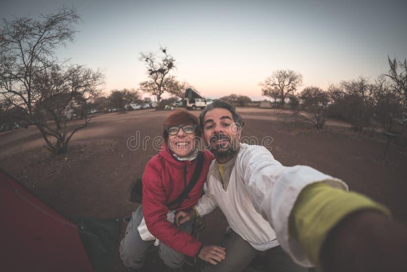 Pares caucasianos adultos que tomam o selfie fotografia de stock royalty free