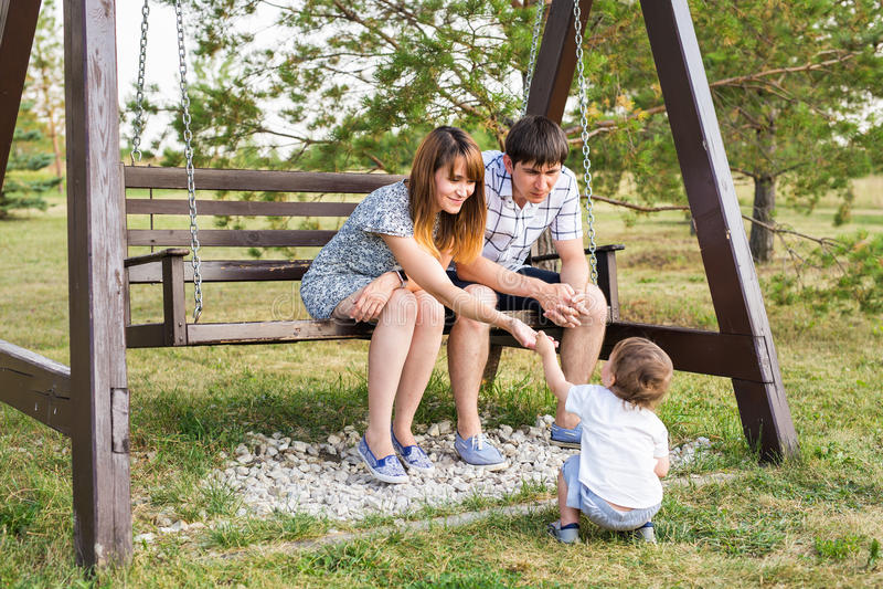 Pares caucasianos felizes novos com bebê Pais e filho que têm o divertimento junto Jogo da mãe e do pai com criança imagem de stock royalty free