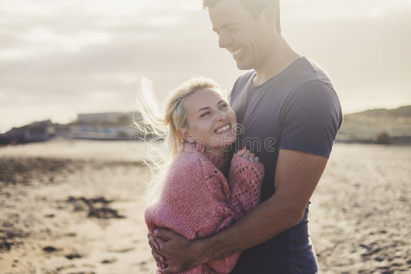 Pares caucasianos no amor e cena romântica dentro de um campista velho do vintage pronto para viajar e ter umas férias junto com fotos de stock