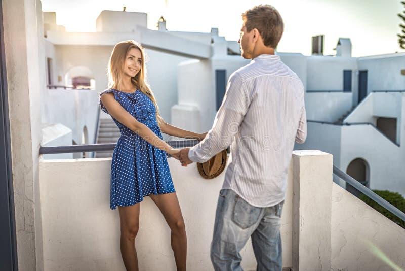Pares caucasianos novos de amor que guardam as mãos fora, recurso em greece fotografia de stock