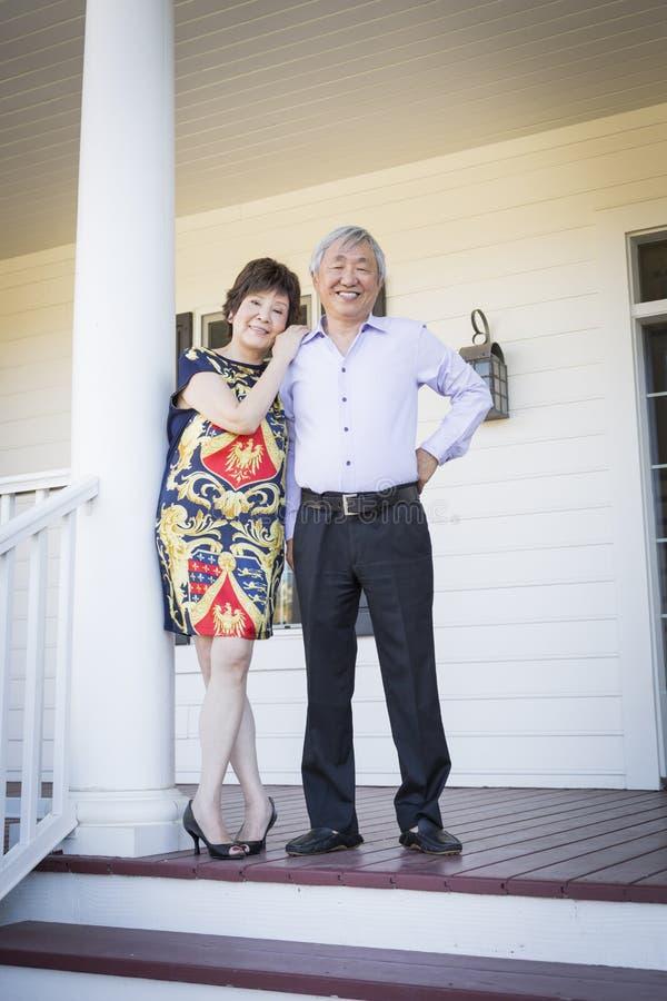 Pares chineses atrativos que apreciam sua casa fotografia de stock
