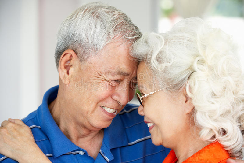 Pares chineses sênior Loving junto em casa fotos de stock