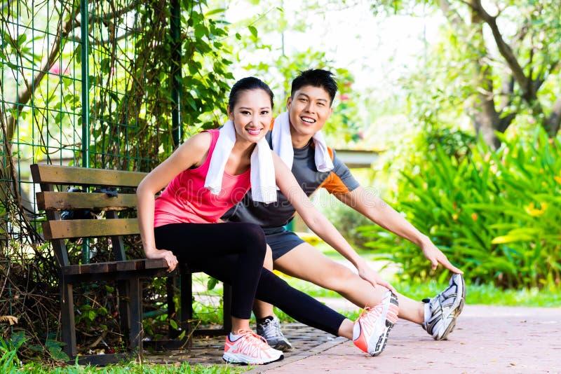 Pares chinos asiáticos en el entrenamiento al aire libre de la aptitud fotos de archivo