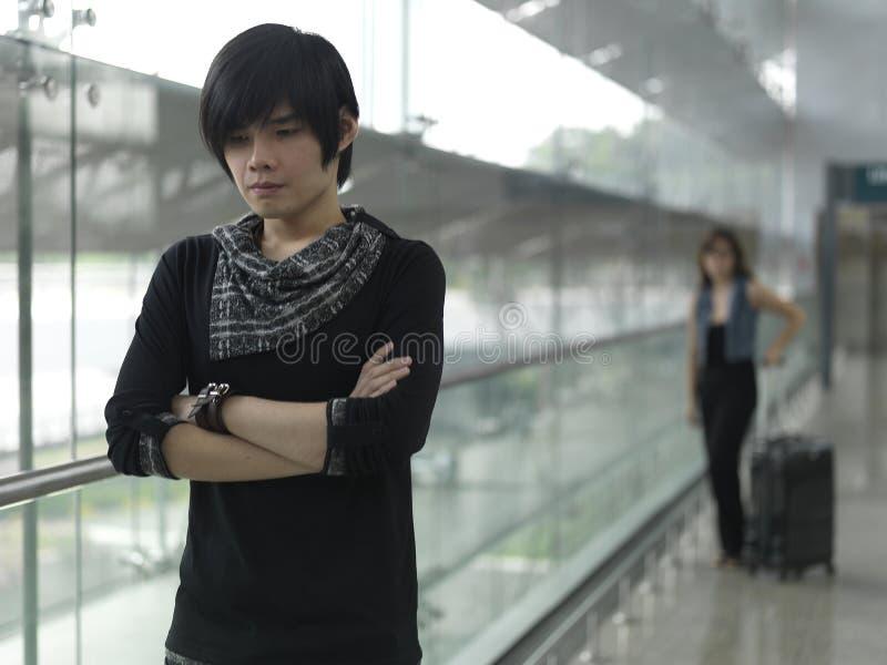 Pares chinos asiáticos en una lucha en el aeropuerto imagenes de archivo
