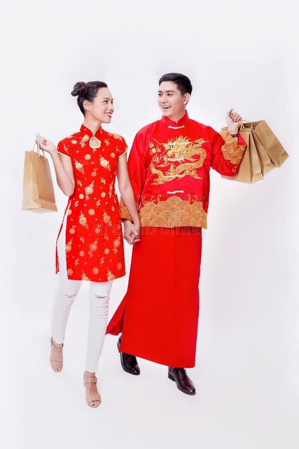 Pares chinos que llevan a cabo el artículo de la buena suerte por Año Nuevo fotografía de archivo libre de regalías