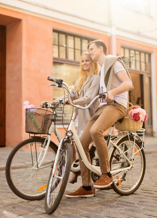 Pares com as bicicletas na cidade fotografia de stock
