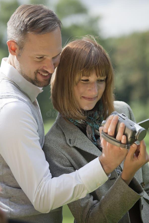 Pares com câmara de vídeo imagem de stock royalty free