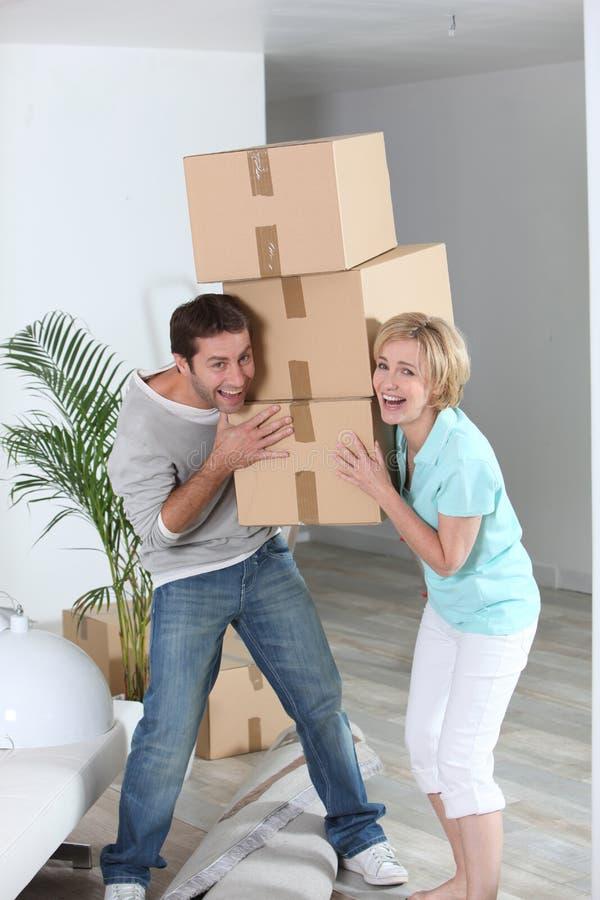 Pares com caixas moventes imagens de stock