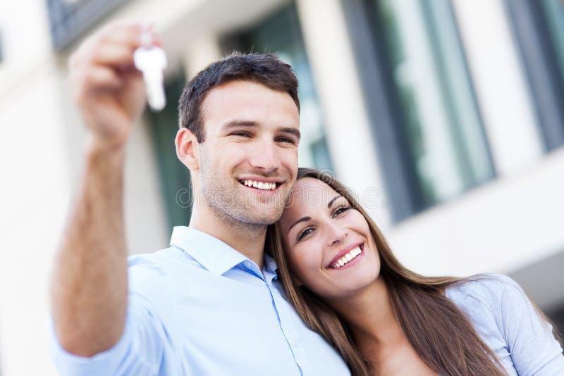 Pares com chaves da casa nova fotografia de stock royalty free