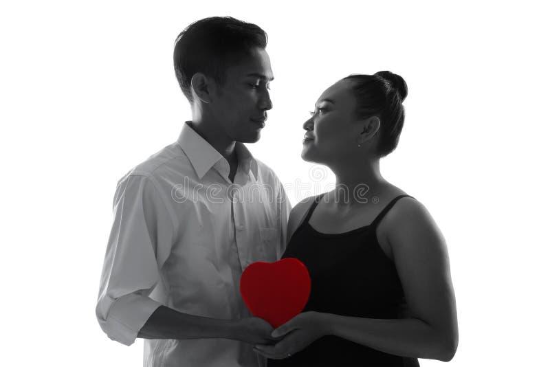Pares com coração vermelho, silhueta isolada imagens de stock royalty free