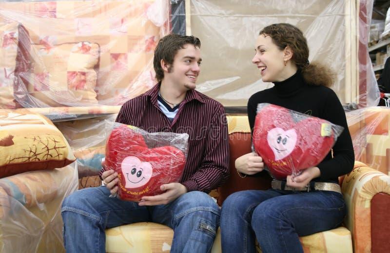Pares com corações do amor imagens de stock