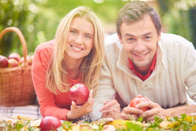 Pares com maçãs imagens de stock royalty free