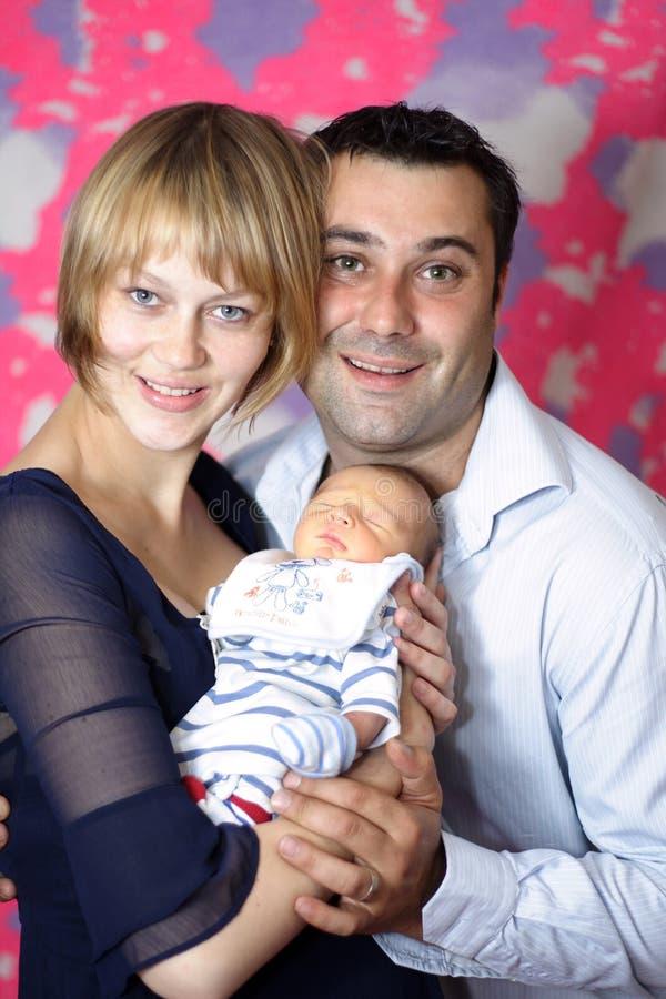 Pares com o primeiro bebê novo imagem de stock