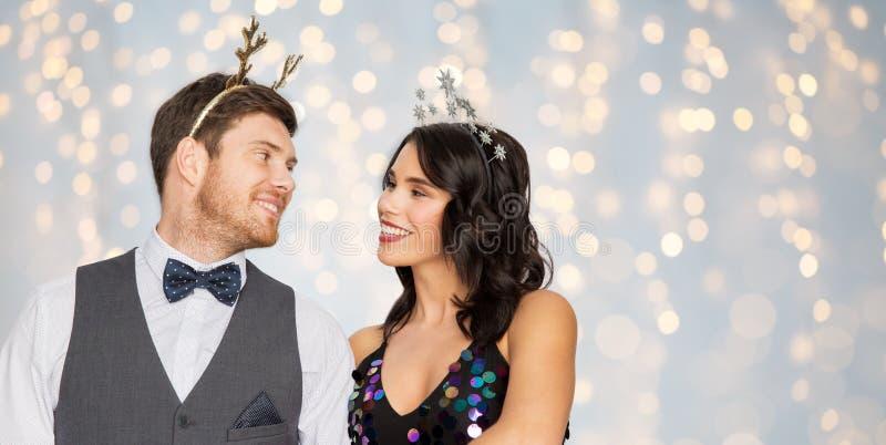 Pares com os suportes do partido do Natal ou do ano novo imagem de stock