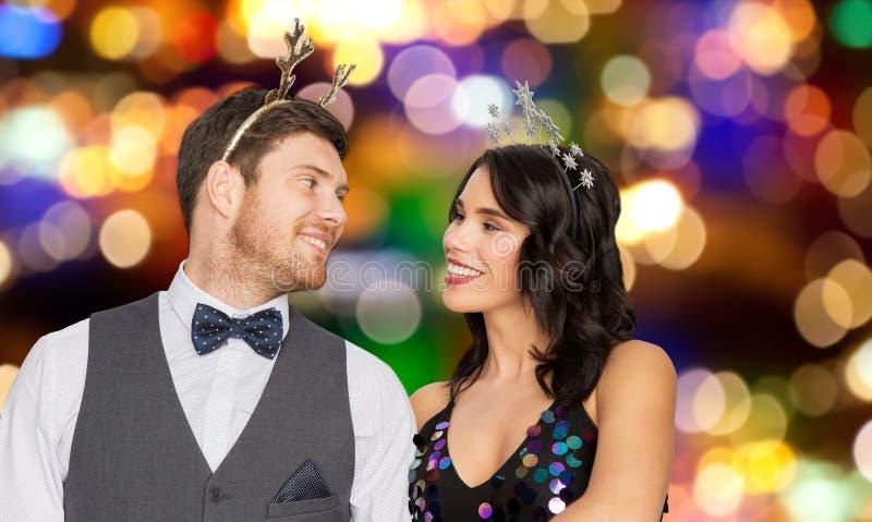 Pares com os suportes do partido do Natal ou do ano novo imagens de stock royalty free