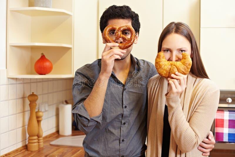 Pares com pretzel e croissant imagem de stock