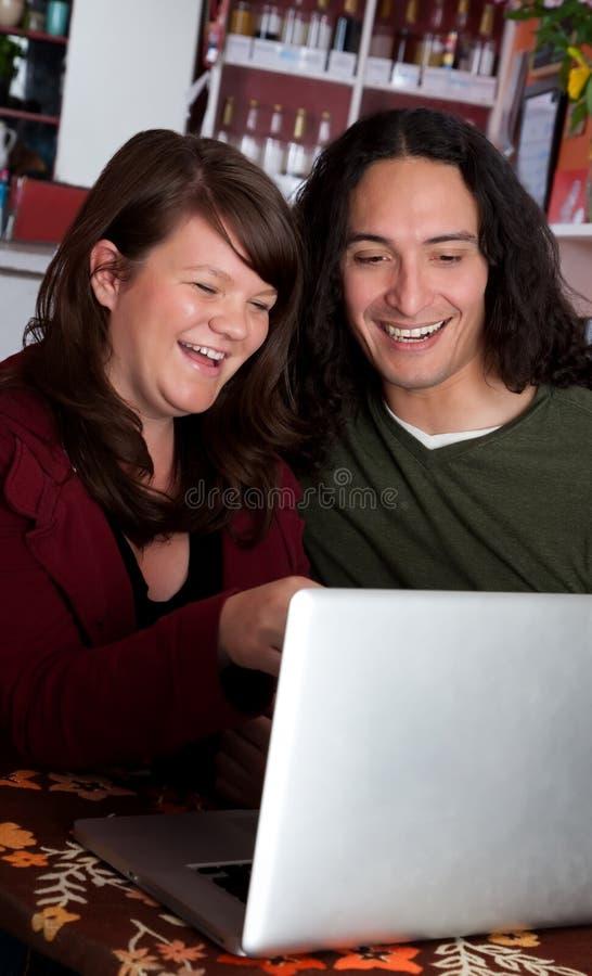 Pares com riso do portátil foto de stock royalty free