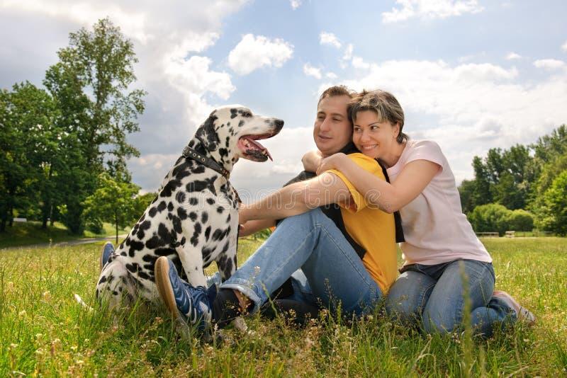 Pares com um cão fotografia de stock