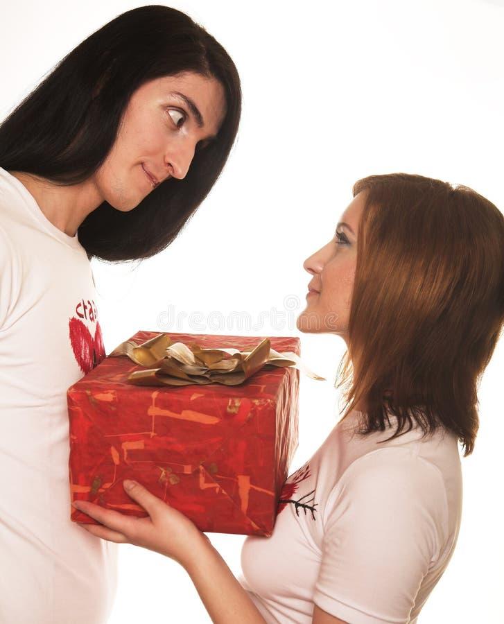 Pares com um presente sobre um fundo branco foto de stock