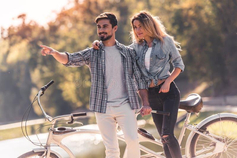 Pares com uma bicicleta em tandem foto de stock royalty free