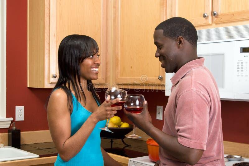 Pares com vidros de vinho - Horiz do americano africano fotos de stock royalty free
