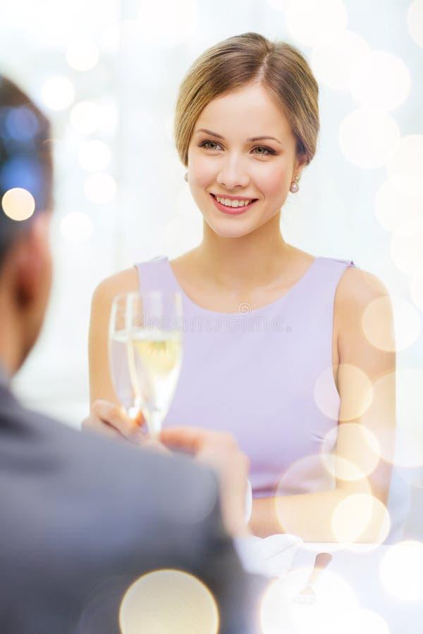 Pares com vidros do champanhe no restaurante fotos de stock