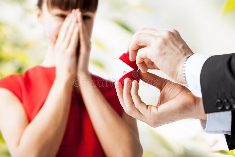 Pares con el anillo de bodas y la caja de regalo fotos de archivo