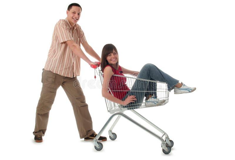 Pares con el carro de compras imagen de archivo libre de regalías