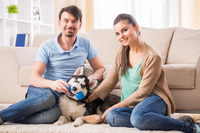 Pares con el perro fotografía de archivo