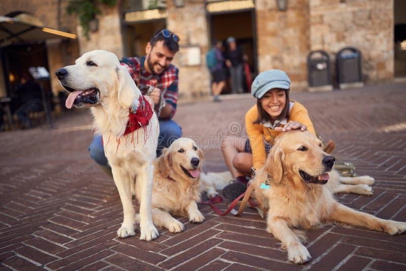 Pares con el perro que r?e y que se divierte de vacaciones Viaje de la gente el vacaciones de verano fotos de archivo libres de regalías