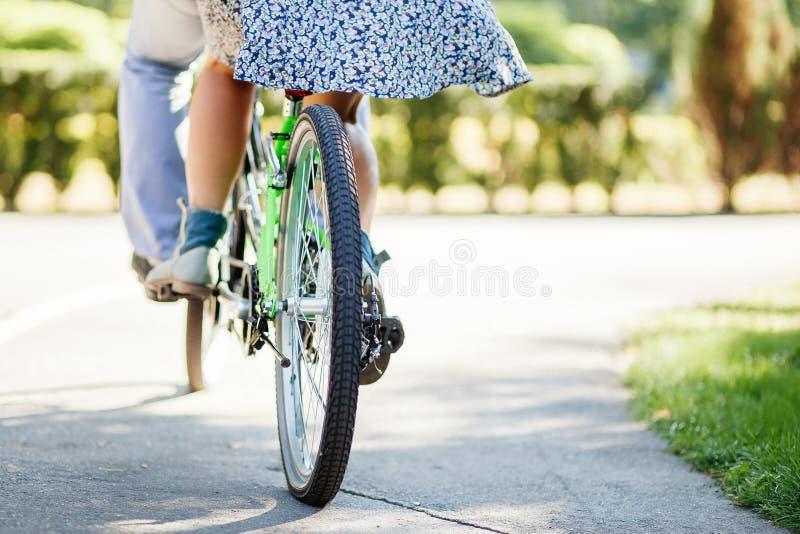 Pares con la bicicleta en tándem imágenes de archivo libres de regalías